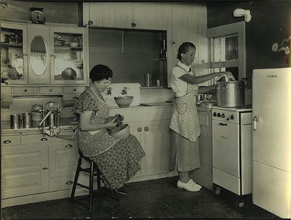 Two women canning; Dorris Vick Collection MC961 © Pryor Center for Arkansas Oral and Visual History, University of Arkansas