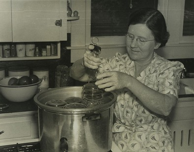 Canning demonstration; Dorris Vick Collection MC961 © Pryor Center for Arkansas Oral and Visual History, University of Arkansas