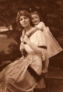Lucille Sanderson Sheppard and daughter, Janet Sheppard, grandmother and mother of Morris Arnold, ca. 1913 © Pryor Center for Arkansas Oral and Visual History, University of Arkansas