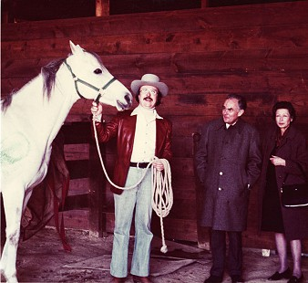 Morris Arnold with racehorse and unidentified couple © Pryor Center for Arkansas Oral and Visual History, University of Arkansas