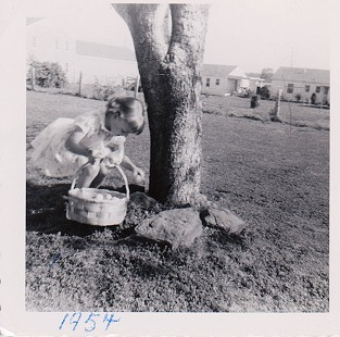 Ginger Beebe hunting Easter eggs at her home in Searcy, Arkansas, 1954 © Pryor Center for Arkansas Oral and Visual History, University of Arkansas