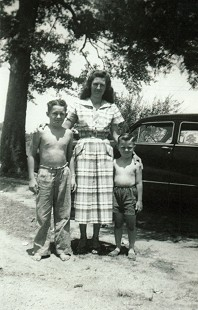 Mike Beebe (right) with his aunt, Dane Huskey Giles, and his cousin, Jerry Huskey © Pryor Center for Arkansas Oral and Visual History, University of Arkansas