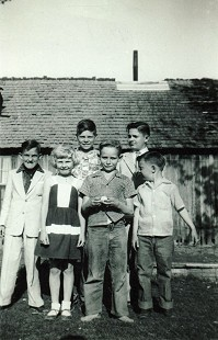 Mike Beebe with his cousins and a friend; (front row) cousin, Barbara Edwards Mathis; friend, Don Adcox; Mike Beebe; (back row): cousins, Ron Huskey, Laverl Edwards, Jerry Huskey; Edwards residence, north of Tuckerman, Arkansas © Pryor Center for Arkansas Oral and Visual History, University of Arkansas