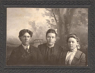 Volney Motley, Lizzie Motley, and Bessie Motley Blair, grandmother of Jim Blair © Pryor Center for Arkansas Oral and Visual History, University of Arkansas