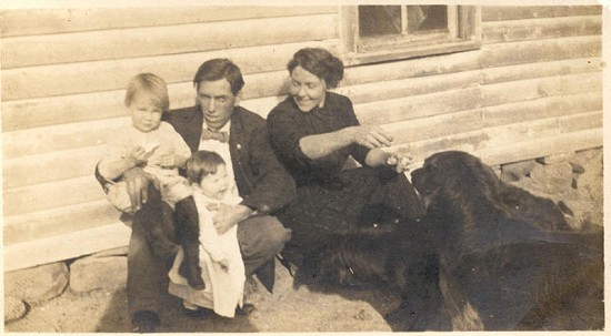 Rufus and Bessie Blair, grandparents of Jim Blair, with children and dogs © Pryor Center for Arkansas Oral and Visual History, University of Arkansas