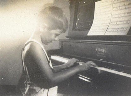 Jim Blair playing piano © Pryor Center for Arkansas Oral and Visual History, University of Arkansas