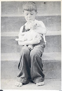 Jim Blair in overalls on steps holding a cat © Pryor Center for Arkansas Oral and Visual History, University of Arkansas