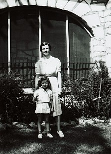 Phyllis Dillaha (Brandon) with her mother, Vera Dillaha © Pryor Center for Arkansas Oral and Visual History, University of Arkansas