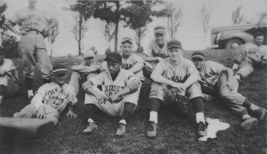 Frank Broyles (front row, on right) with baseball team © Pryor Center for Arkansas Oral and Visual History, University of Arkansas