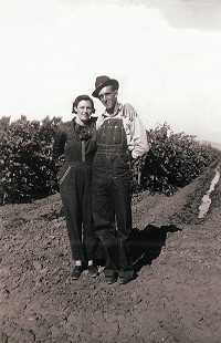 Ernie and Earl Cate's parents, Florence Almeda Brown and Lloyd Cate, in the California vineyard where they met © Pryor Center for Arkansas Oral and Visual History, University of Arkansas