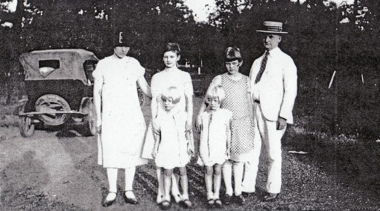 Dickson Flake's grandparents, Marie and Perry Simpson, with their daughters: Marguerite (back, 2nd from left) and Louise; (front) Caroline and Winnie © Pryor Center for Arkansas Oral and Visual History, University of Arkansas