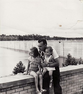 Hank Haines with his daughters, Elizabeth and Harriett, at Bull Shoals Dam, Arkansas, ca. 1956 © Pryor Center for Arkansas Oral and Visual History, University of Arkansas