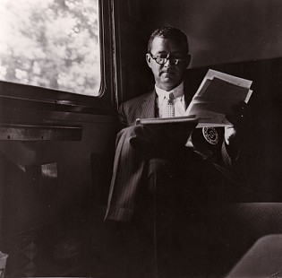 John Paul Hammerschmidt reading on a bus                               © Pryor Center for Arkansas Oral and Visual History, University of Arkansas