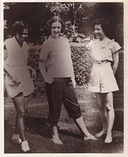 Edith Irby Jones at the University of Arkansas School of Medicine with her friends, Betty and Mary © Pryor Center for Arkansas Oral and Visual History, University of Arkansas