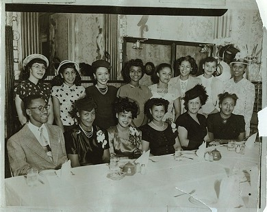 Edith Irby Jones with a dinner group © Pryor Center for Arkansas Oral and Visual History, University of Arkansas