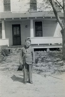 Bob Lamb as a young boy in front of his house © Pryor Center for Arkansas Oral and Visual History, University of Arkansas