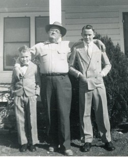 Jim Lindsey (left) with his father, Elmer Earl Lindsey, and brother, Elmer Baxter Lindsey © Pryor Center for Arkansas Oral and Visual History, University of Arkansas