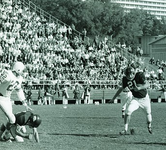 Jim Lindsey, number 21, playing for the Arkansas Razorbacks © Pryor Center for Arkansas Oral and Visual History, University of Arkansas