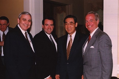 Jerry Maulden (left) and Mike Huckabee (second from left) with United Nations ambassadors © Pryor Center for Arkansas Oral and Visual History, University of Arkansas