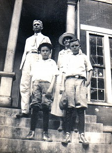 Archie Monroe (right) with his father, Thomas Archimedes Monroe; brother, Sanford Monroe; and mother, Alice Couch Monroe, at Bethel College in Russellville, Kentucky, on their way to New York, 1923 © Pryor Center for Arkansas Oral and Visual History, University of Arkansas