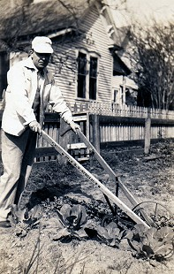 Archie Monroe with a plow © Pryor Center for Arkansas Oral and Visual History, University of Arkansas