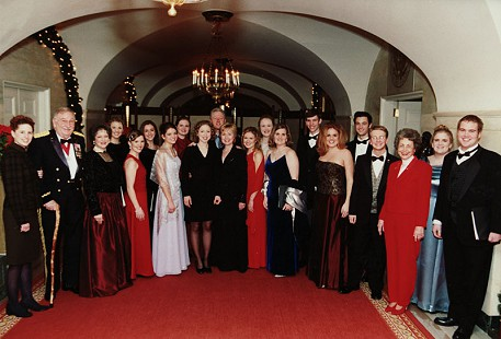 Peggy Murphy Parks (3rd from right) with Chelsea Clinton, President Bill Clinton, and First Lady Hillary Clinton (center), and the Barbara Mashburn Scholarship Foundation Singers © Pryor Center for Arkansas Oral and Visual History, University of Arkansas