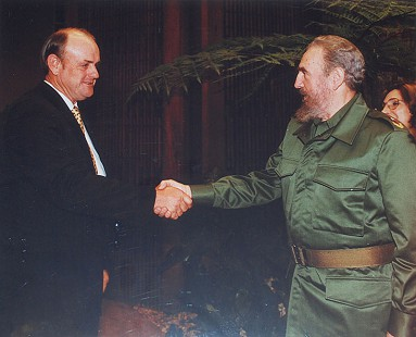 Stanley Reed shaking hands with Fidel Castro © Pryor Center for Arkansas Oral and Visual History, University of Arkansas