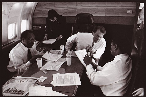 Rodney Slater aboard an airplane with Vice President Al Gore © Pryor Center for Arkansas Oral and Visual History, University of Arkansas