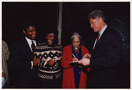 Rodney Slater (left) with Bill Clinton (right) and Rosa Parks (2nd from right) © Pryor Center for Arkansas Oral and Visual History, University of Arkansas