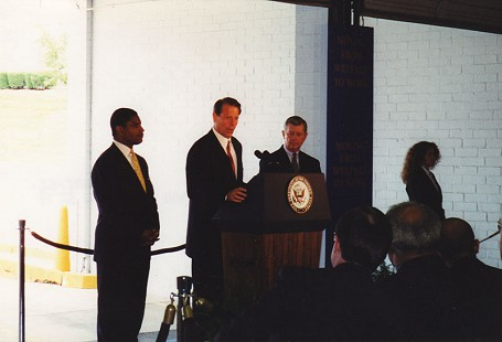 Rodney Slater with Vice President Al Gore during a speech on moving people from welfare to work © Pryor Center for Arkansas Oral and Visual History, University of Arkansas