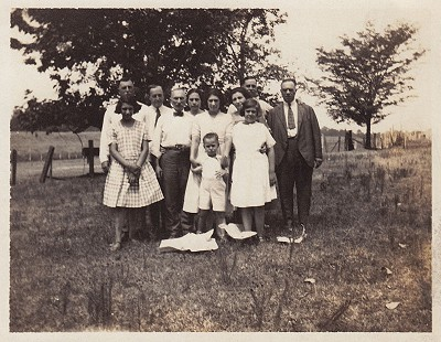 David Solomon (front row, center) with the Elkas and Solomon families; Leota Landing, Mississippi © Pryor Center for Arkansas Oral and Visual History, University of Arkansas