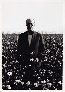 David Solomon in a cotton field © Pryor Center for Arkansas Oral and Visual History, University of Arkansas