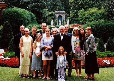 David Solomon celebrating his 85th birthday with his family at Villa d'Este, Lake Como, Italy, 2001 © Pryor Center for Arkansas Oral and Visual History, University of Arkansas