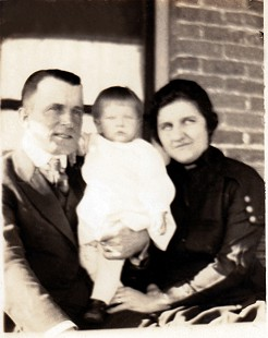 Dorothy Davis (Stuck) with her parents, Floyd and Mimi Davis; Gravette, Arkansas, 1921 © Pryor Center for Arkansas Oral and Visual History, University of Arkansas