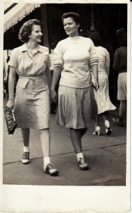 Dorothy Stuck (left) with Elaine Queen in Fort Smith, 1942 © Pryor Center for Arkansas Oral and Visual History, University of Arkansas