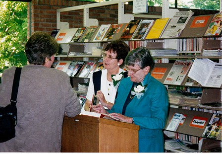 Dorothy Stuck (right) and Nan Snow at a book signing for <i>Roberta: A Most Remarkable Fulbright</i>; Fayetteville Public Library, Fayetteville, Arkansas, 1999 © Pryor Center for Arkansas Oral and Visual History, University of Arkansas