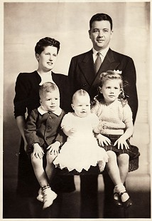 Portrait of Bud Whetstone with his parents, Carolyn and Bernard Whetstone, and his sisters © Pryor Center for Arkansas Oral and Visual History, University of Arkansas