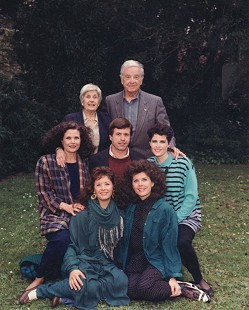 Bud Whetstone family portrait with parents and sisters © Pryor Center for Arkansas Oral and Visual History, University of Arkansas